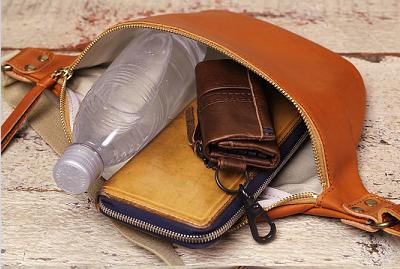 財布、ペットボトル、キーケースを収納できるボディバッグ。