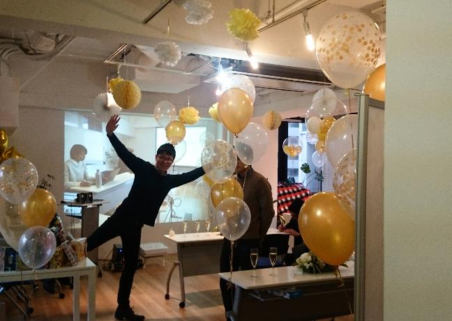 社内の会議室にバルーンなどの飾りをあしらい、記念イベントを開催。