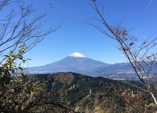 青空の中に美しくそびえ立つ富士山