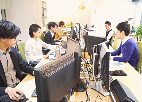 社員皆がパソコンに向かい、集中してキーボードタイピングをしている時