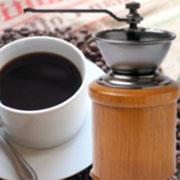 精巧に合成されたコーヒー(カップ)とコーヒーミルの画像