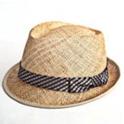 白背景で撮影された麦わら帽子