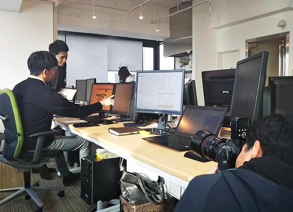 社員同士がコミュニケーションしながら仕事をしている風景を撮影中
